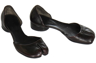 Lot 63 - A pair of Martin Margiela brown-black leather 'Tabi' shoes, possibly 1990s